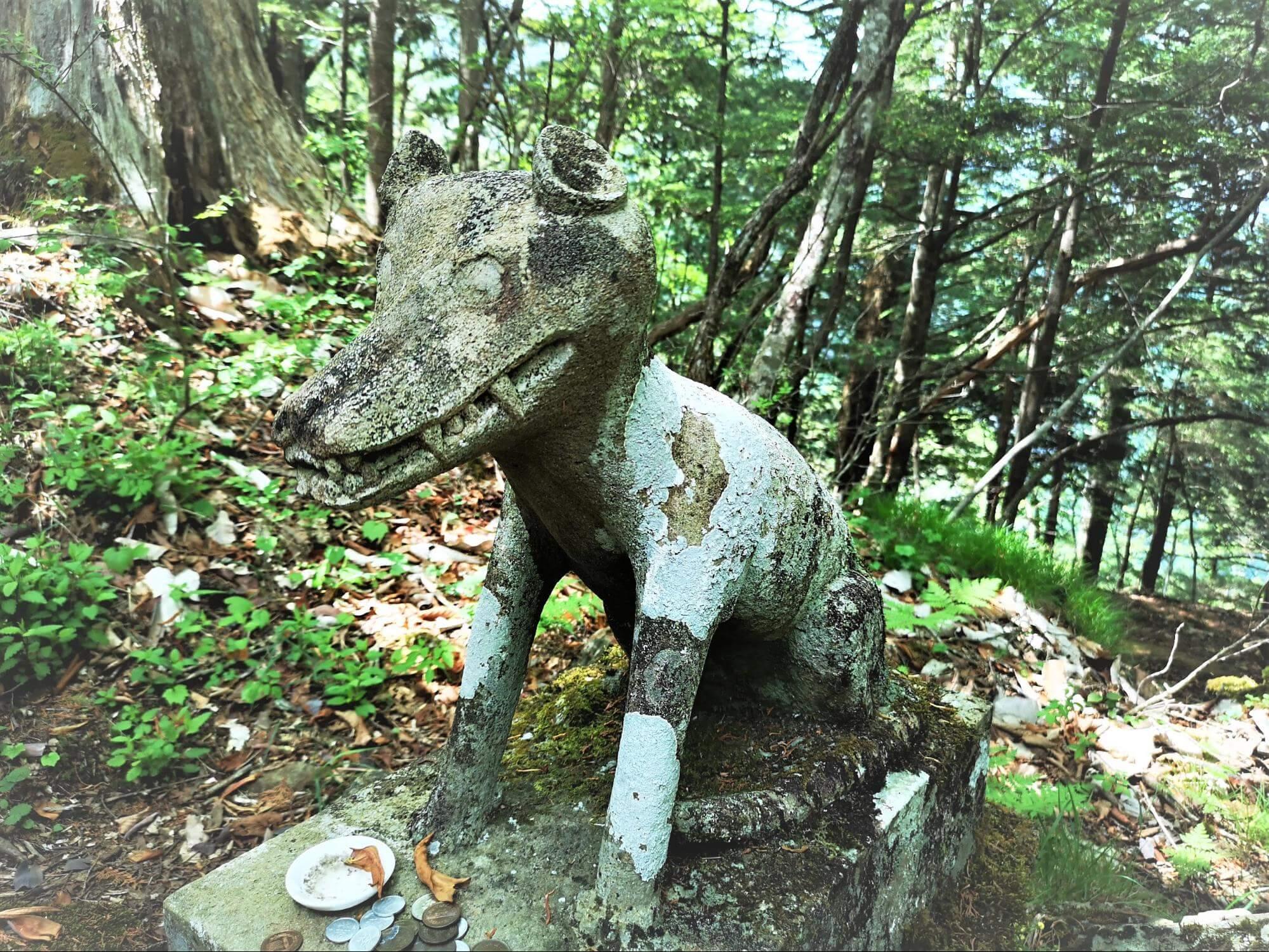 山頂付近の社殿前にある狼の画像